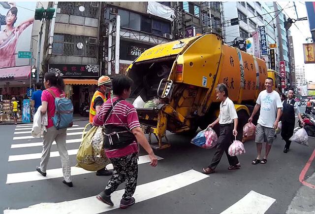 Những chiếc xe tải chở rác phát nhạc rất lớn để mọi người nhận ra