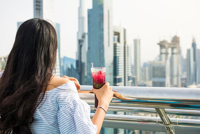 Du khách trong tour Dubai chỉ nên mua và sử dụng đồ uống có cồn tại những địa điểm được cấp phép như nhà hàng, quán bar,..