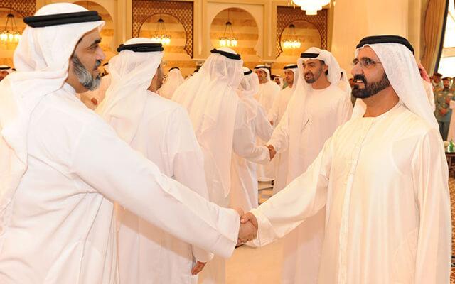 Bắt tay nhẹ nhàng là cách chào hỏi phổ biến tại Dubai
