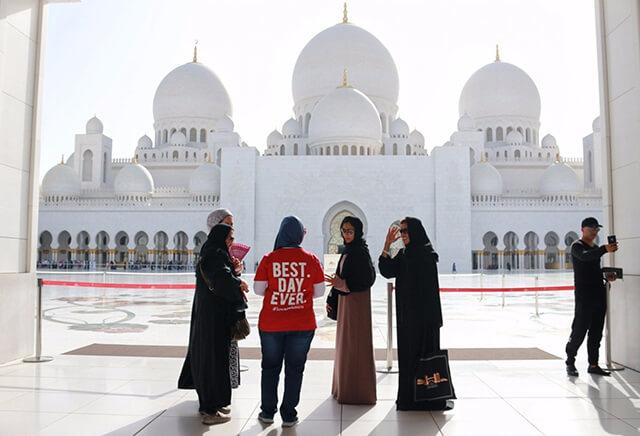 Tại các nhà thờ Hồi giáo ở Dubai có những quy tắc ăn mặc riêng cho đàn ông và phụ nữ