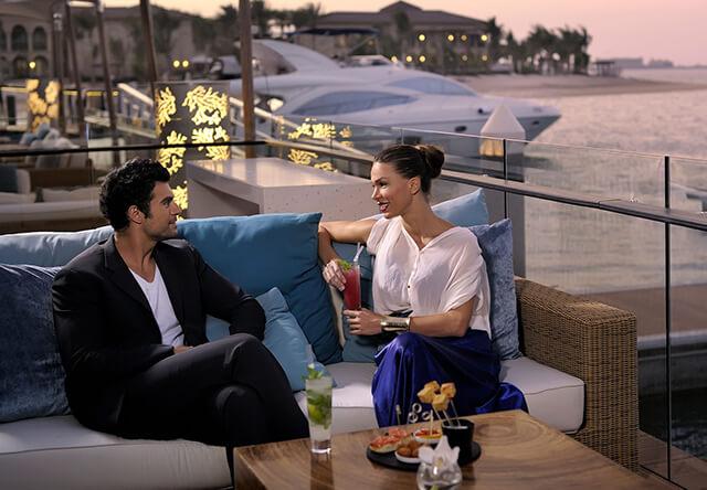 Nhiều nhà hàng sang trọng ở Dubai yêu cầu khách nam phải mang giày kín mũi, quần dài; Phụ nữ không được mặc trang phục quá ngắn và hở