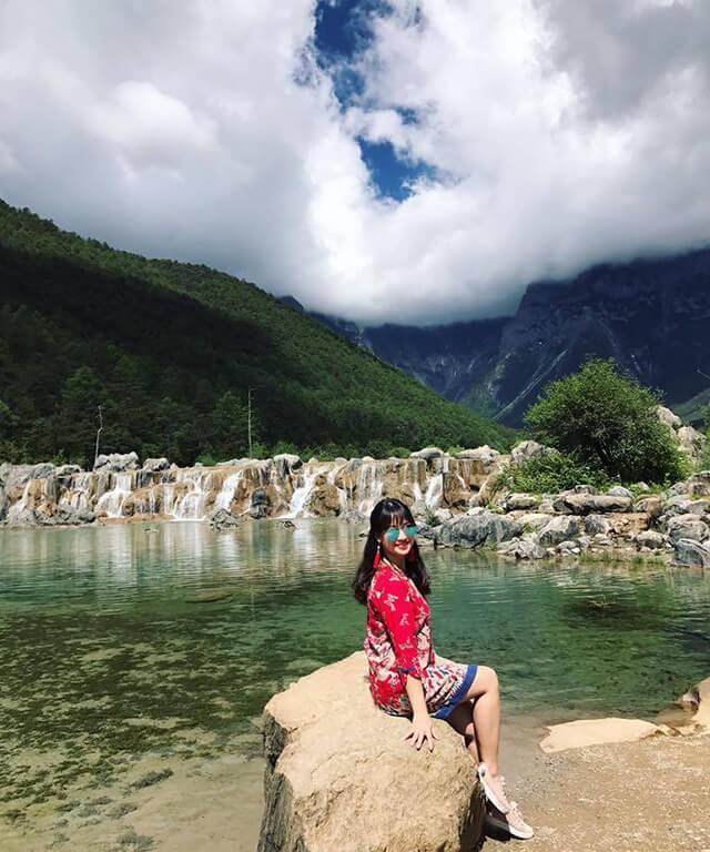 Bên cạnh những trang phục thoải mái thì khi du lịch Lệ Giang vào mùa hè bạn nhớ mang theo một chiếc kính mắt và đừng quên bôi kem chống nắng