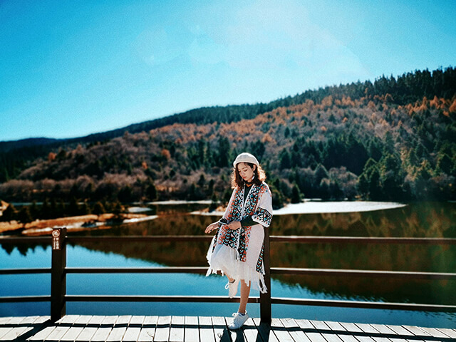 Trong thời tiết mùa thu của Lệ Giang hơi se lạnh và khô ráo bạn nên mặc những chiếc áo dài tay hoặc áo len mỏng