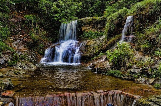 Thác Bạc nằm ở xã Sán Xà Hồ và cách thị trấn Sapa khoảng 15km về tỉnh Lai Châu