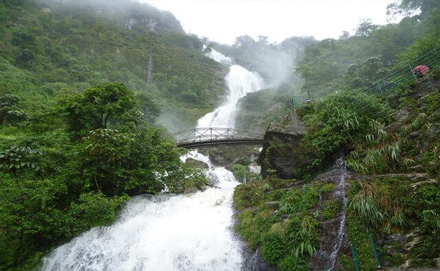 Dòng thác bạc đổ từ độ cao 1800m tạo nên dòng nước tung bọt trắng xóa và đẹp kỳ vĩ