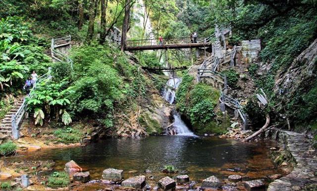 Nước từ thác đổ xuống sẽ hòa vào con suối Vàng, tạo nên khung cảnh hữu tình nên thơ