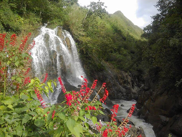 Thác Cát Cát nằm ở thôn Cát Cát, cách thị trấn Sapa chỉ 2km