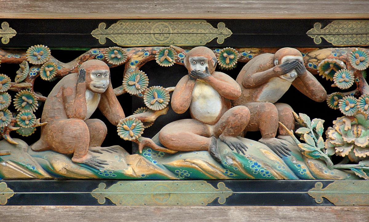 bức trạm khắc hình ba chú khỉ trên tường ngôi đền