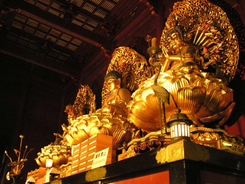 các tượng phật A Di Đà và Quan âm được đính lá bằng vàng nguyên chất.