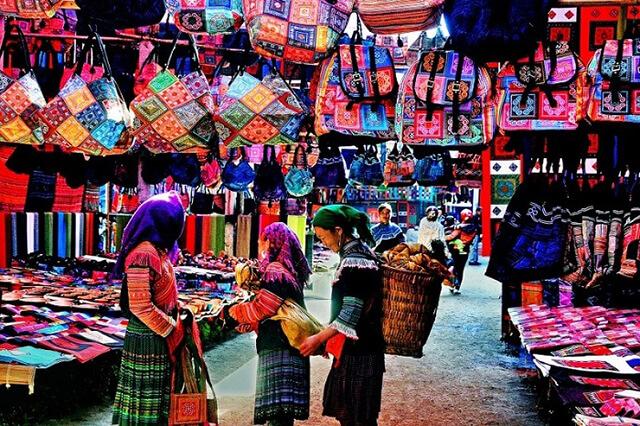 Bạn có thể mua quà lưu niệm tại khu chợ đêm dưới chân nhà thờ Đá nhưng nhớ phải mặc cả cẩn thận