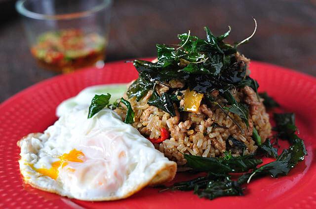 Pad Nam Prik Narok là món cơm rang có màu sắc hấp dẫn nhưng ẩn chứa bên trong là vị cay khá nồng