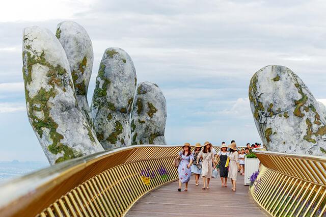 Cầu Vàng được xây dựng ở độ cao hơn 1400m, chiều dài gần 150m