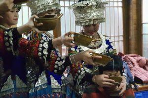 Uống rượu thác đổ cùng những cô gái Miêu khi đi tour Quý Châu