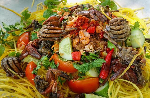 Tại nhiều nơi người Thái còn cho cả cua muối vào món gỏi đu đủ để tăng thêm hương vị đậm đà