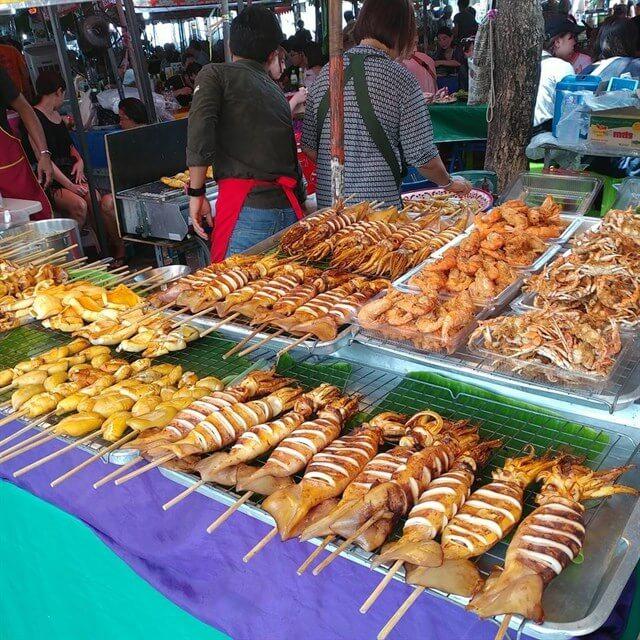 Trong tour du lịch Thái Lan bạn sẽ dễ dàng bắt gặp những gian hàng bán mực nướng hấp dẫn