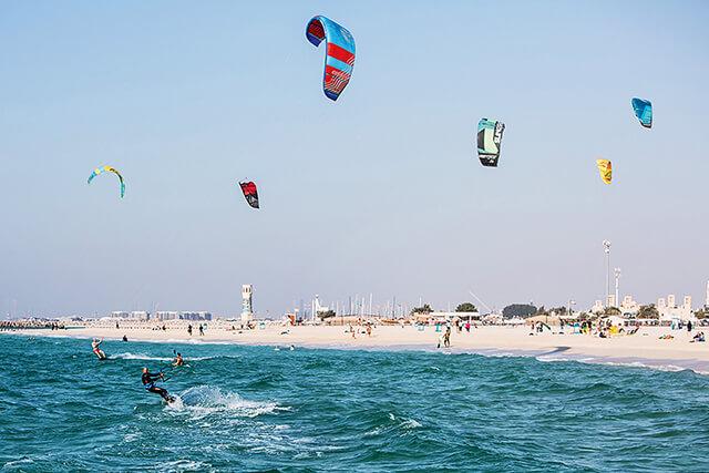 Rất nhiều môn thể thao dưới nước thú vị tại Kite Beach đang chờ đón du khách trong tour Dubai đến khám phá