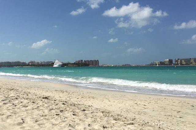 Nếu không thích bon chen, xô bồ thì Umm Suqeim Beach là bãi biển miễn phí mà bạn nên ghé trong chuyến du lịch Dubai