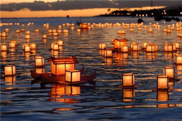 Kết thúc lễ hội Obon, người Nhật Bản sẽ thả vô số những đèn hoa đăng trên mặt nước
