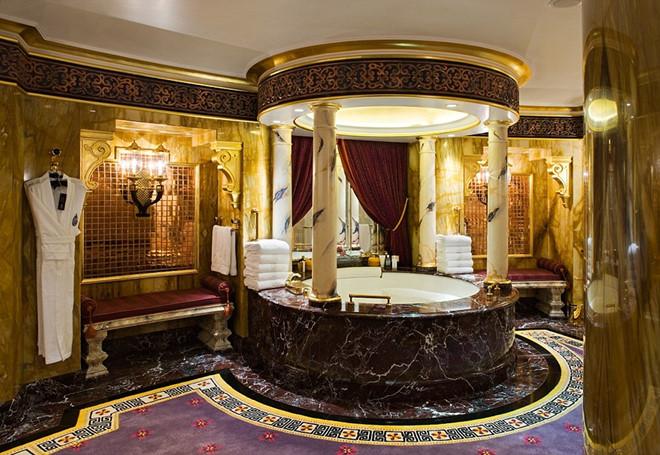 Phòng tắm dát vàng ở Dubai