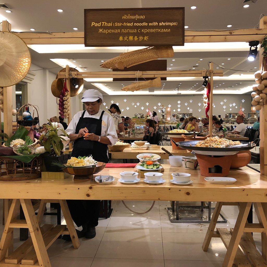 Thưởng thức món ăn tại nhà hàng ở Siam Niramit khi đi tour Thái Lan