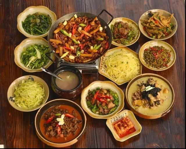 Là mảnh đất sinh sống của nhiều dân tộc thiểu số ở Trung Quốc nên ẩm thực địa phương tại Trương Gia Giới vô cùng đa dạng, phong phú, nhiều màu sắc