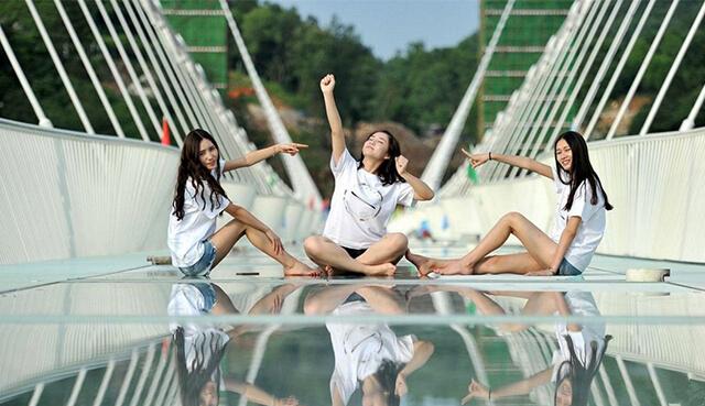 """Cầu kính ở Trương Gia Giới còn có tên gọi là Yuntian Du, mang ý nghĩa """"con đường dành cho người dưới thiên đường"""""""