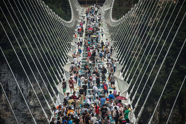 Công trình đã lập 2 kỉ lụci là cây cầu đáy kính dài và cao nhất trên thế giới