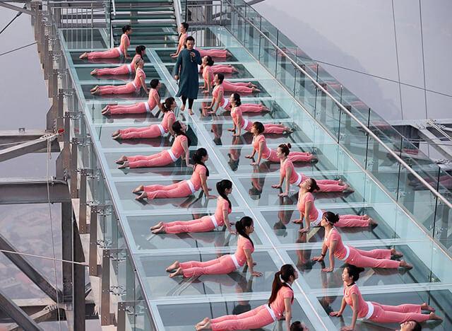Trên cây cầu kính ở Trương Gia Giới thường diễn ra những hoạt động tập thể thú vị như tập Yoga hay trình diễn thời trang