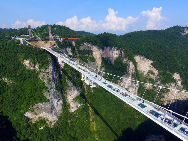 Cầu được thiết kế bởi kiến trúc sư người Israel, mất gần 3 năm để xây dựng với kinh phí 39 triệu USD
