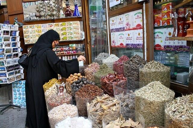 Tham quan chợ Spice Suok mang đến cho du khách tour Dubai những trải nghiệm chân thực, gần gũi với đời sống thường nhật của người dân địa phương