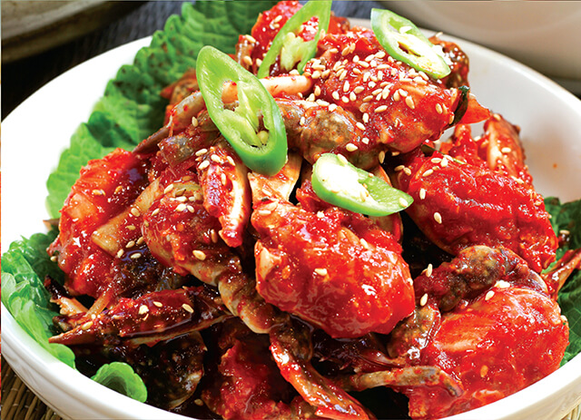 Món Gejang với thịt cua xanh sống được ướp cùng sốt ớt cay