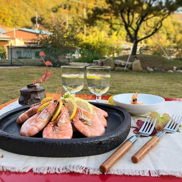 Nếu có dịp du lịch Hàn Quốc vào tháng 9 đến tháng 11 thì bạn đừng quên thưởng thức con món ăn chế biến từ tôm sú Jumbo