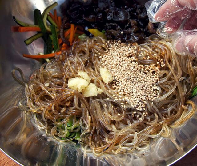Sợi miến khoai lang vừa dai vừa mềm thường được xào cùng hạnh nhân, sốt ớt và thịt lợn băm