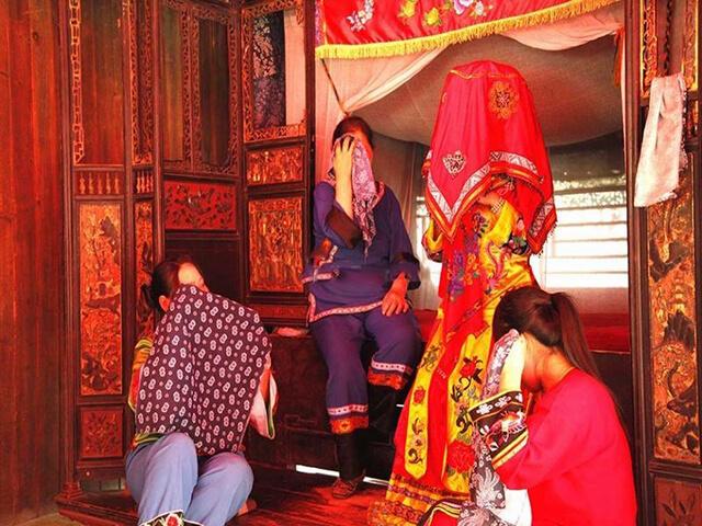 """Đi tour Trương Gia Giới Phượng Hoàng cổ trấn là cơ hội để bạn khám phá những tập quán độc đáo của người Thổ Gia, trong đó có tục """"Khóc gả"""""""