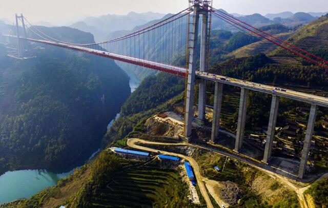 Cây cầu treo bắc ngang sông Thanh Thủy tại Quý Châu được ghi nhận là một trong những cây cầu cao nhất trên thế giới