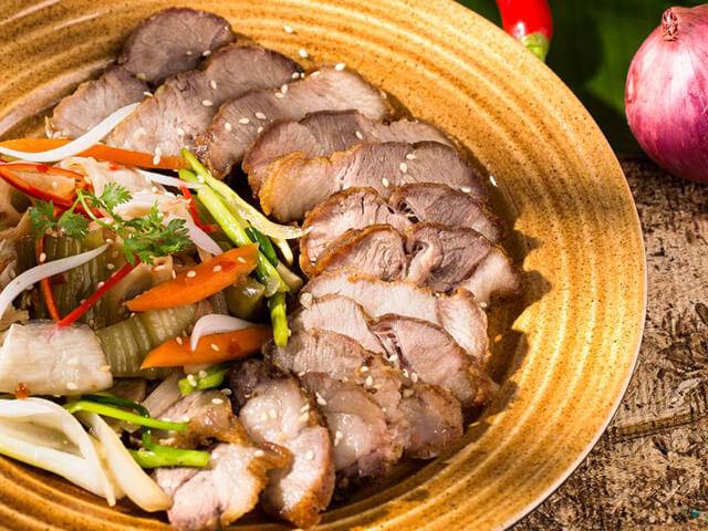 Thịt lợn Tòng Giang nổi tiếng với phần thịt dai ngọt, mềm và phần gia giòn sần sật