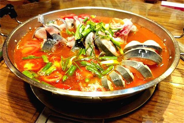 Món súp cá được xem là một trong những biểu tượng ẩm thực của Quý Châu vì chứa đầy đủ các hương vị chua, cay và tươi