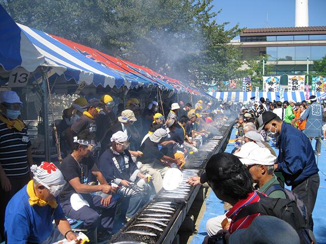 Lễ hội cá thu đao nướng ở ga Meguro là một trong các hoạt động lí thú mà du khách không nên bỏ lỡ trong chuyến du lịch Nhật Bản giá rẻ