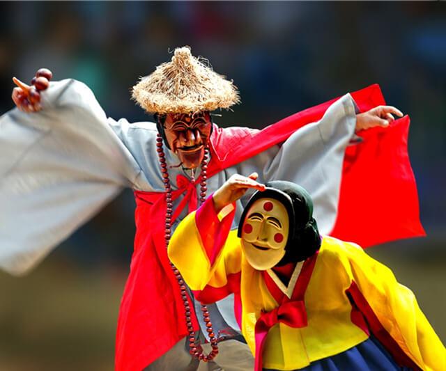 Lễ hội mặt nạ Odeng thu hút khách tham quan bằng những chiếc mặt nạ gỗ với hình dàng và màu sắc nổi bật cùng với đó là các điệu múa truyền thống
