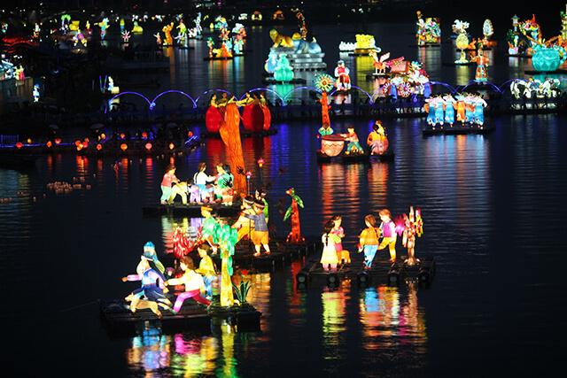 Khung cảnh lễ hội đèn lồng JinJu ở tỉnh Gyeongnam gây choáng ngợp với hàng ngàn chiếc đèn lồng sặc sỡ, nhiều hình dáng được thả trên dòng sông Nam Giang