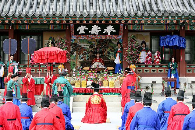ễ hội Hwaseong Suwon tại tỉnh Gyeonggi tái hiện lại những màn tế lễ, diễu hành, những nghi thức lễ nghi của Hoàng gia