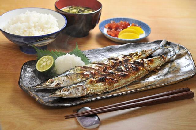 Đi du lịch Nhật Bản giá rẻ vào mùa thu này bạn đừng quên thưởng thức món cá sanma nướng