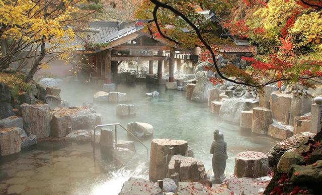 Thời tiết se lạnh của mùa thu Nhật Bản còn rất lí tưởng để du khách trải nghiệm văn hóa tắm onsen của xứ Phù Tang