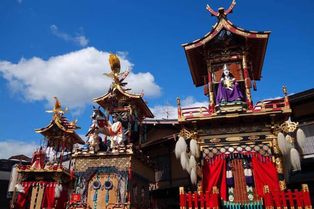 Lễ hội diễu hành thuyền Takayama tại đền Hachimangu