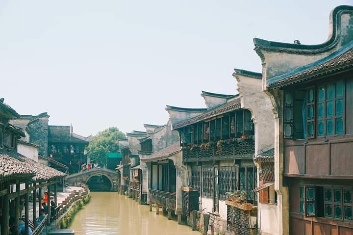Bên trong thành có đến hơn 40 ha các tòa nhà được xây dựng từ cuối thế kỷ 19 cùng với hơn 100 cây cầu đá cổ xưa.