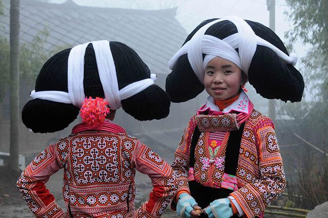 Người Miêu dừng dài có dân số chưa đến 5000 người, quần cư chủ yếu tạo các ngôi làng xa xôi của Quý Châu, Trung Quốc