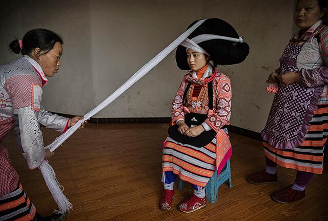 Chiếc mũ cao ngất ngưỡng được kết từ len và sợi rồi quấn quanh sừng động vật tấm bằng vải trắng