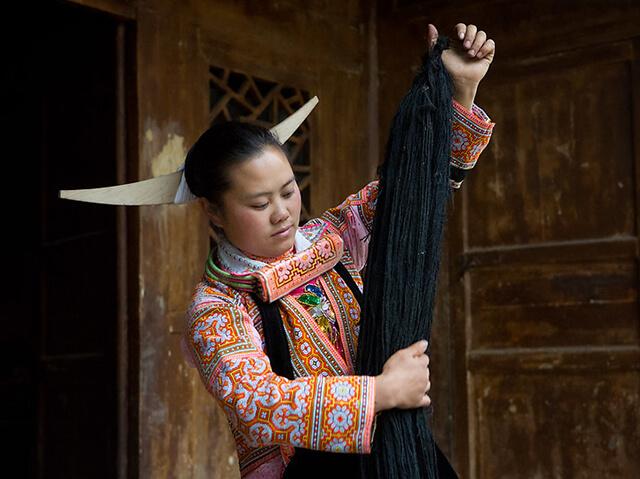 Khi chải đầu người phụ nữ Miêu sừng dài sẽ thu gom các sợi tóc rụng, tích cóp từ nhiều thế hệ để kết thành chiếc mũ tóc có một không hai