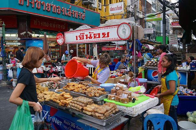 Những chiếc xe đẩy bán các món ăn đường phố hấp dẫn với mức giá phải chăng tại phố người Hoa