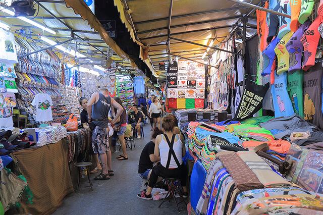 Chợ đêm sầm uất, bày bán nhiều mặt hàng của PatPong